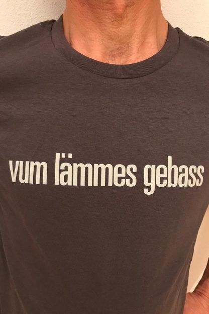 "UNISEX T-SHIRT ""vum lämmes gebass"": Shirt colour ""Anthracite"", Print ""Light grey"""